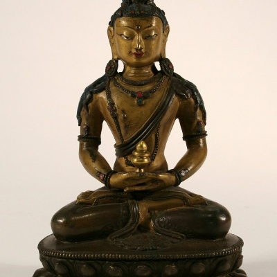 Amitayus, de Boeddha van het Lange Leven, lichaam koud verguld brons, Sino-Tibetaans, 18e eeuw, h. 17 -afkomstig uit klooster Sparrendaal te Vught-